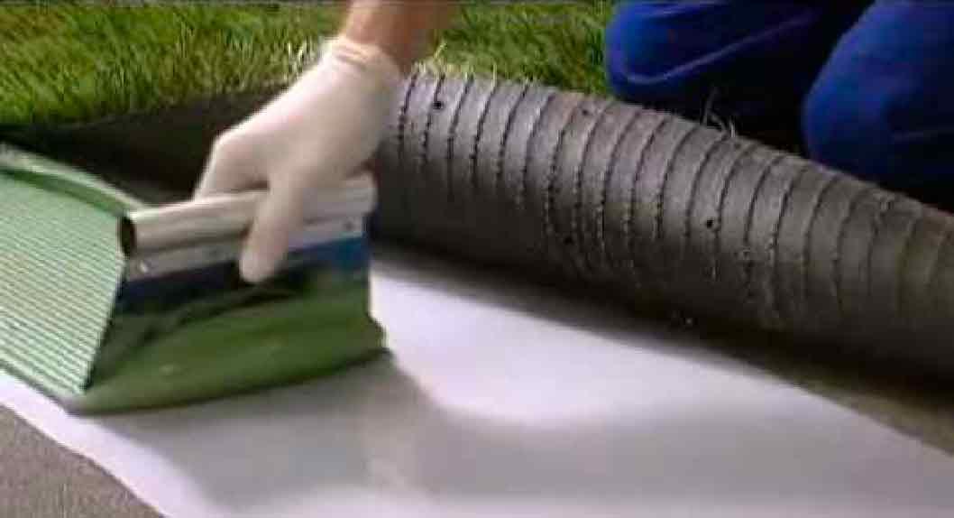 Aplicación de adhesivos para pasto sintético MAPEI