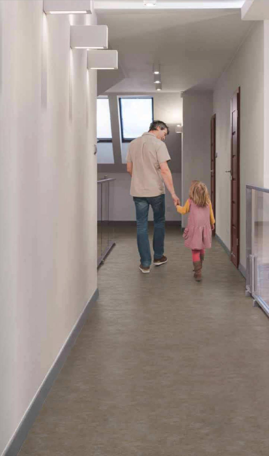 padre e hija caminando en pasillo de hotel