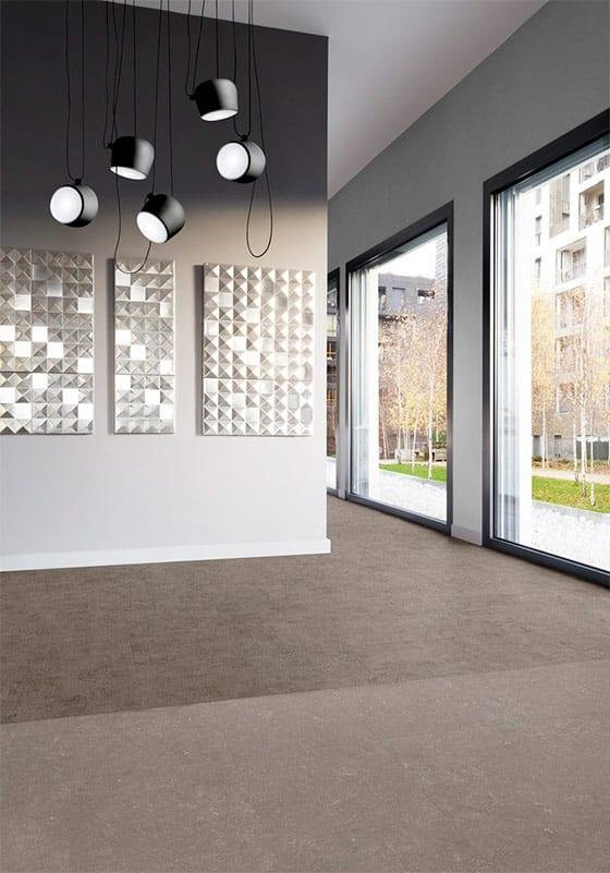 piso saga en habitacion con vista exterior